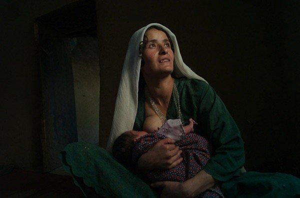 30 Amazing Breastfeeding Photos from Around the World
